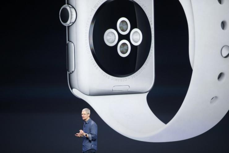 Apple CEO tests Apple Watch with blood sugar monitor