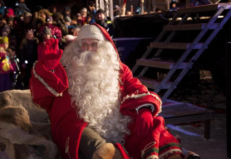 A man dressed as Santa Claus leaves for his annual Christmas journey from the Santa Claus Village at the Arctic Circle in Rovaniemi, Finnish Lapland December 23, 2014. REUTERS/Laura Haapamaki/Lehtikuva
