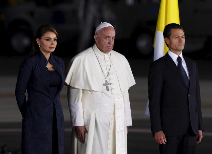 Pope Francis (C), Mexico's President Enrique Pena Nieto (R) and his wife, Mexico's first lady Angelica Rivera stand together during a farewell ceremony in Ciudad Juarez, Mexico, February 17, 2016.