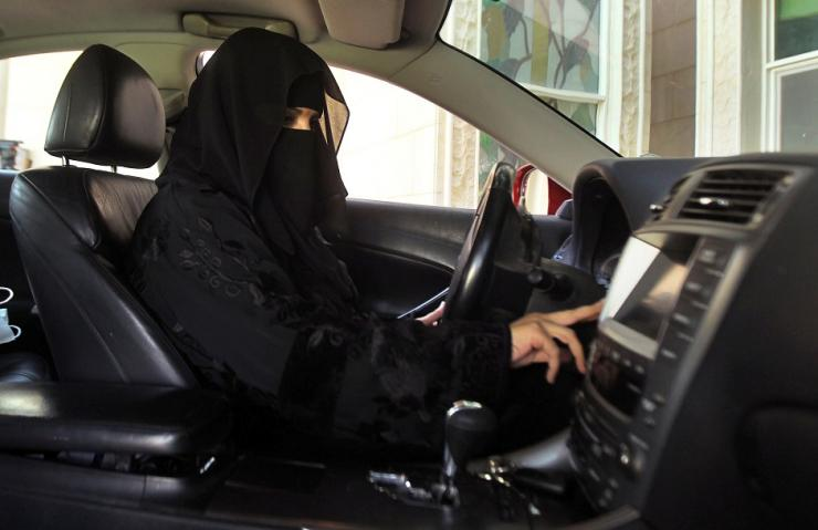FILE PHOTO: A woman drives a car in Saudi Arabia October 22, 2013.