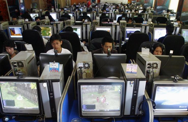 People use computers at an Internet cafe in Kunming, southwest China's Yunnan province March 13, 2007.