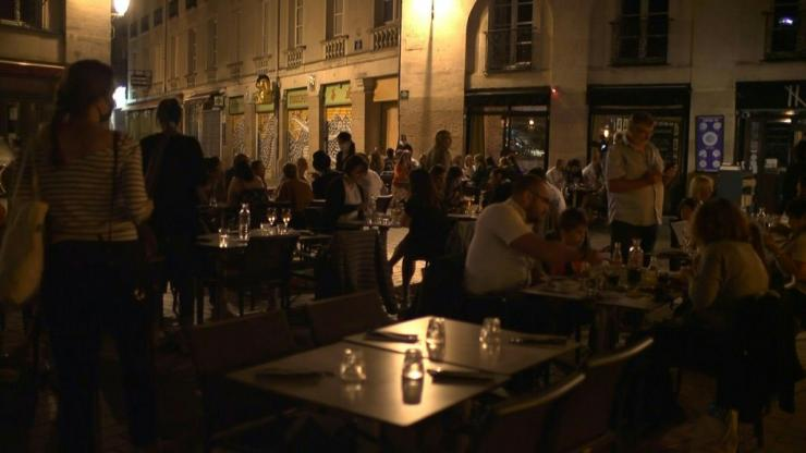 DJs, music, yelling in the kitchen... At midnight and one minute, La Prison du Bouffay restaurant in Nantes reopens its doors and celebrates the end of confinement. Customers waiting outside respected floor markings for social distancing.