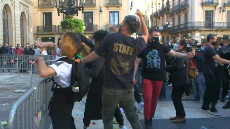 Protest in Barcelona after bars and restaurants are shut
