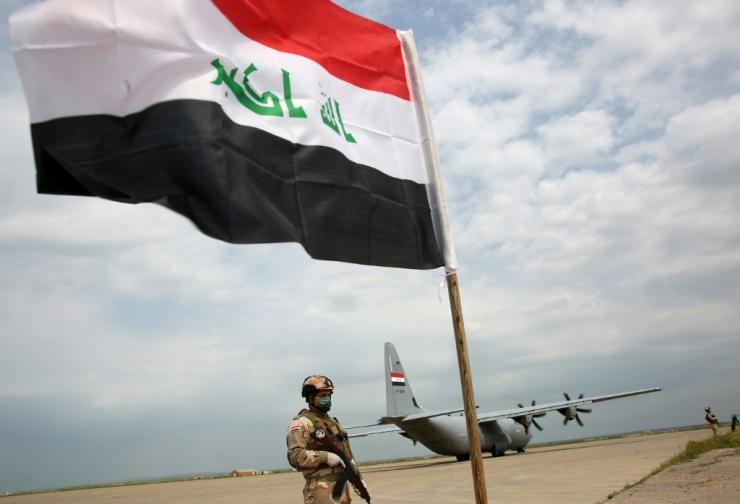Iraqi soldiers walk through the Qayyarah Air Force Base. There, in 2017, US-led troops helped Iraq plan a battle with Islamic State in Mosul, near northern Iraq, before the planned US withdrawal on March 26, 2020. It was.