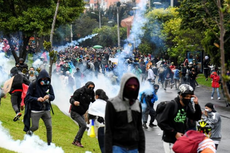 Demonstrators clash with riots outside the home of Colombian President Ivanduke in Bogotá on May 1, 2021